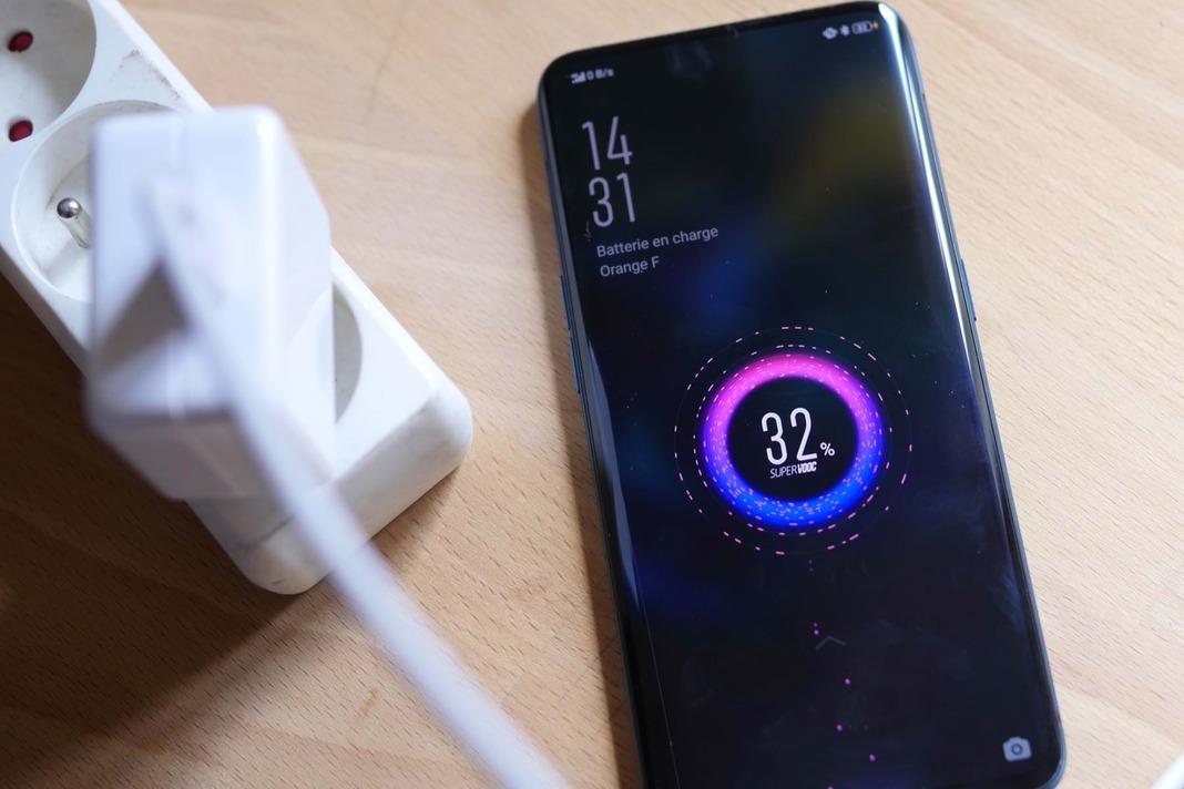 Новая зарядка Xiaomi заряжает смартфоны за 15 минут